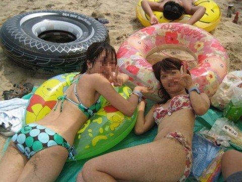 夏の陽気に開放的になった素人娘のビキニおっぱいエロ画像 2a3c59f0