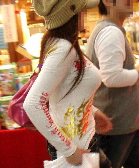 はち切れそうな着衣おっぱいしてる街角巨乳お姉さんの素人エロ画像 2b23d846