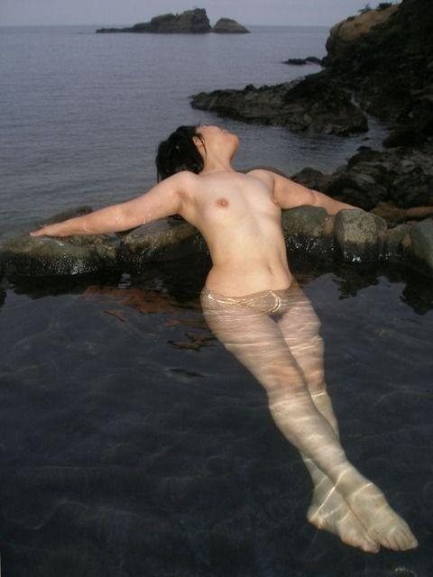 露天風呂で撮影された素人娘の野外露出エロ画像 2ec7fcde