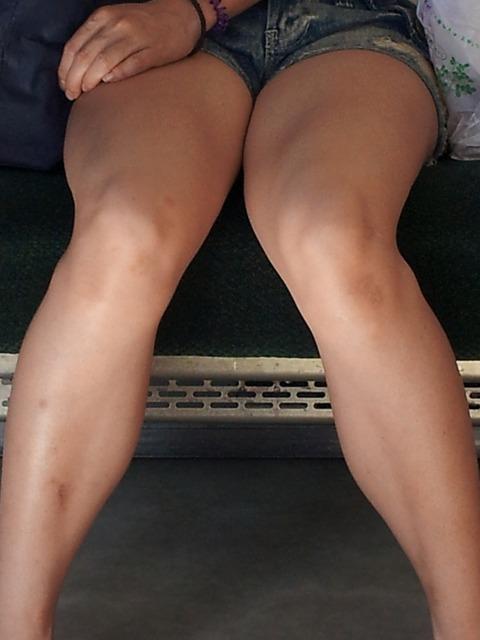 ホットパンツから覗くムッチリした素人娘の太もものエロ画像 3045121a s