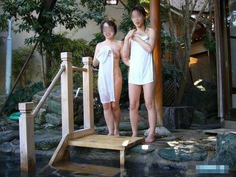 露天風呂で撮影された素人娘の野外露出エロ画像 340528f8
