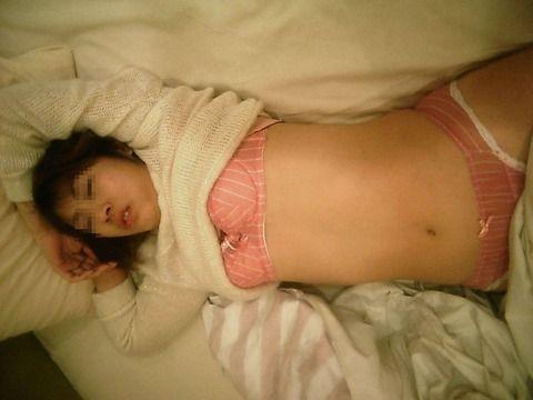 寝てる彼女を隠し撮りして無許可流出させた素人エロ画像 344f4f02