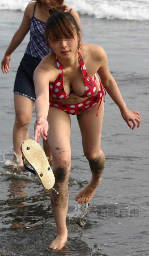 ビーチで遊ぶ素人娘の巨乳おっぱいがはみ出るビキニ姿のエロ画像 353d47b1