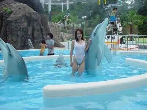 プールサイドで撮られたビキニ姿の素人娘のエロ画像 44375caf