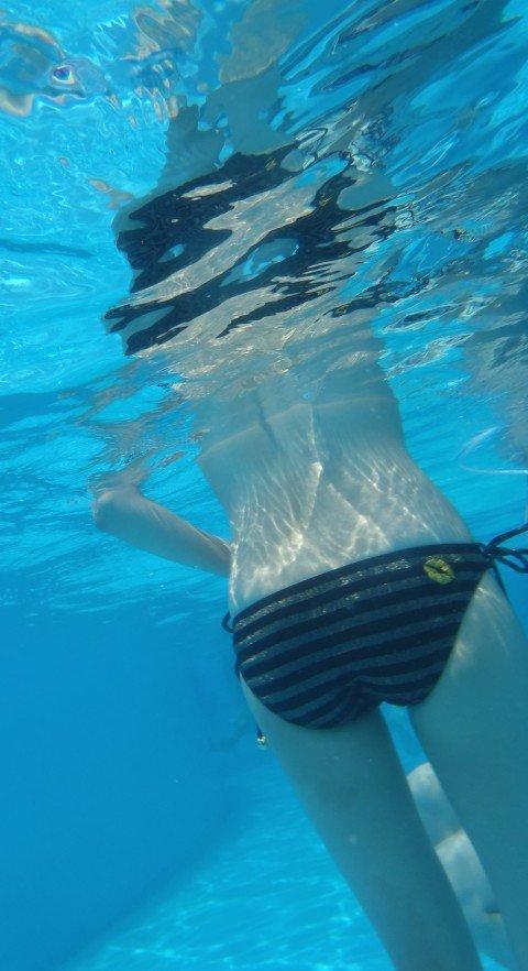 プールの水中で撮影されたビキニ姿のお尻とまんこの素人水着エロ画像 446adaaf