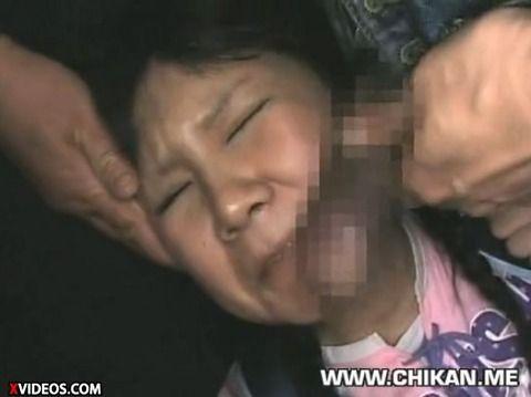 少女が満員電車で痴漢にあって顔射されるキャプエロ画像 46528667