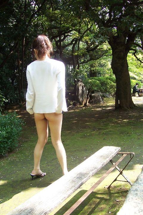いさぎよく野外露出を楽しんでる痴女たちのエロ画像 46e81d50