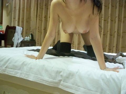 股間の勃起を抑えられない素人娘のニーソエロ画像 483ecc77 s