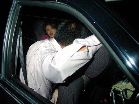 夜な夜なカーセックスしてるカップルを捉えたガチな素人エロ画像 48fd84c6