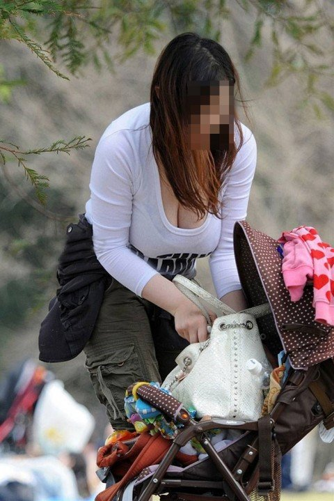 はち切れそうな着衣おっぱいしてる街角巨乳お姉さんの素人エロ画像 4c30dddf