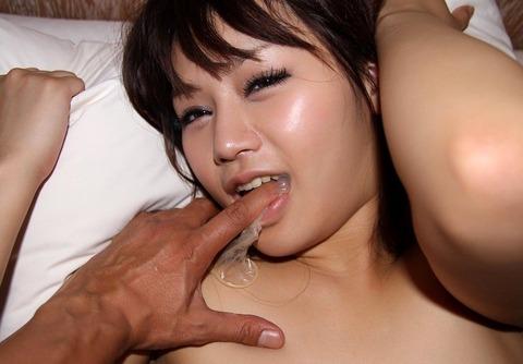 彼女に気持よくぶち込んだ使用済みコンドームを彼女に持たせた素人エロ画像 50962f81 s