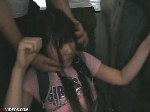 少女が満員電車で痴漢にあって顔射されるキャプエロ画像 53796859