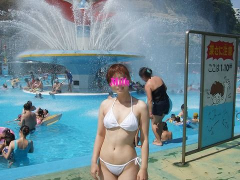 プールサイドで撮られたビキニ姿の素人娘のエロ画像 55a60347