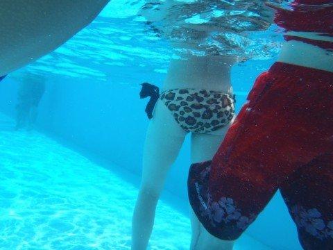 プールの水中で撮影されたビキニ姿のお尻とまんこの素人水着エロ画像 5cdad325