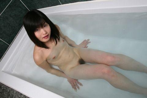 素人娘の貧乳おっぱいに吸い付きたくなるエロ画像 603b77c1
