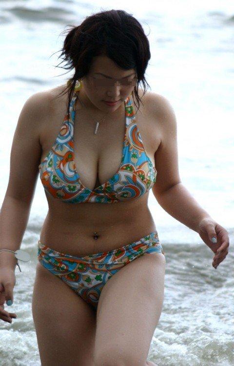 ビーチで遊ぶ素人娘の巨乳おっぱいがはみ出るビキニ姿のエロ画像 625339f7