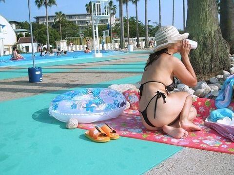 プールサイドで撮られたビキニ姿の素人娘のエロ画像 62fa2307