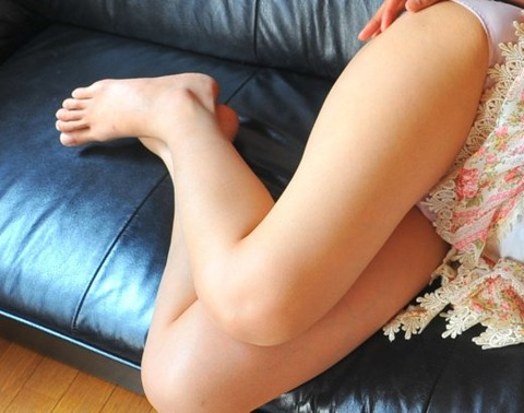 勃起するお姉さんの美脚太もものエロ画像 6470f303 s