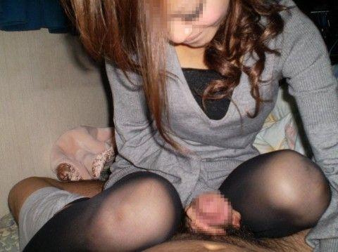 一生懸命手コキをする素人お姉さんや人妻のエロ画像 6a0e48ad