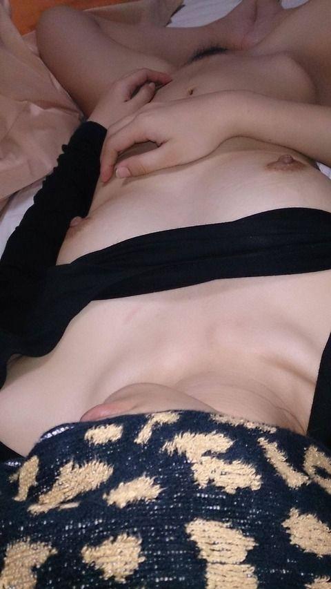 寝てる隙に隠し撮りされ流出した素人娘のエロ画像 6a5f5247