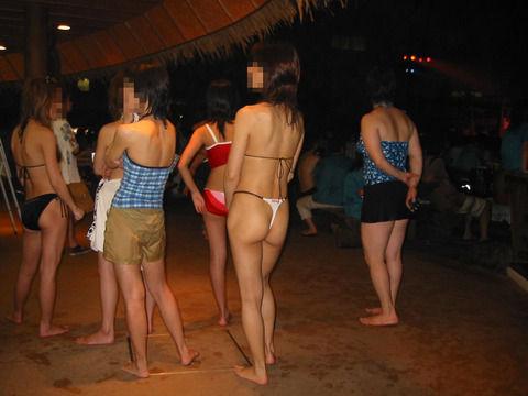 プールサイドで撮られたビキニ姿の素人娘のエロ画像 6afbbd84