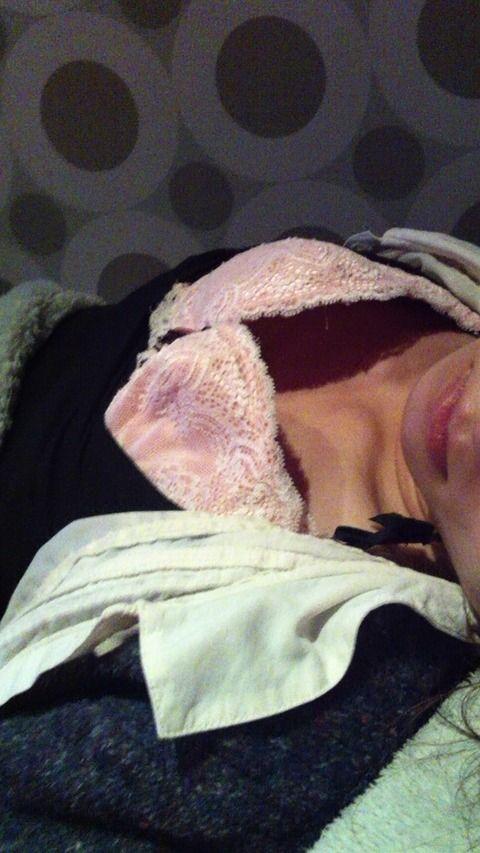 寝てる彼女にイタズラしてまんこ晒した素人エロ画像 6df5746d
