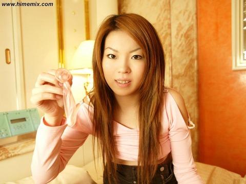 彼女に気持よくぶち込んだ使用済みコンドームを彼女に持たせた素人エロ画像 7428b639 s