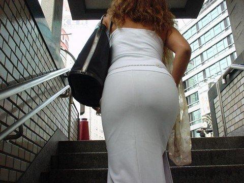 パンツが透けて視線に困るお姉さま達のお尻のエロ画像 810d9cf9