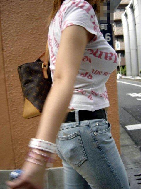 はち切れそうな着衣おっぱいしてる街角巨乳お姉さんの素人エロ画像 818128f2