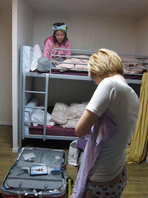 生活感出し過ぎな部屋で脱ぐ素人娘のエロ画像 88c09a80