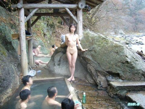 お風呂で記念撮影する素人お姉さんが妙に初々しい露出エロ画像 8bbe40ec