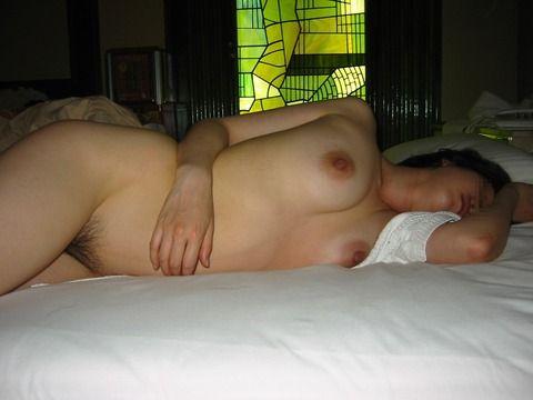 セックスに疲れて熟睡してる彼女の素人エロ画像 8cadde40