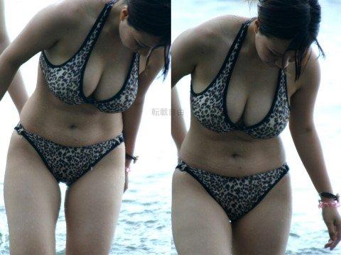 ビーチで遊ぶ素人娘の巨乳おっぱいがはみ出るビキニ姿のエロ画像 8de0e95c