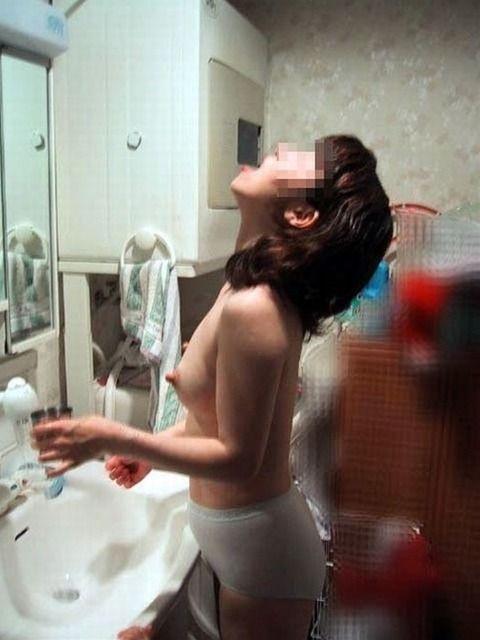 自宅で気が緩んだ素人娘がエロい格好で生活してるエロ画像 8fff9689