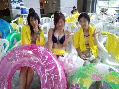 ビーチで遊ぶ素人娘の巨乳おっぱいがはみ出るビキニ姿のエロ画像 922be40e
