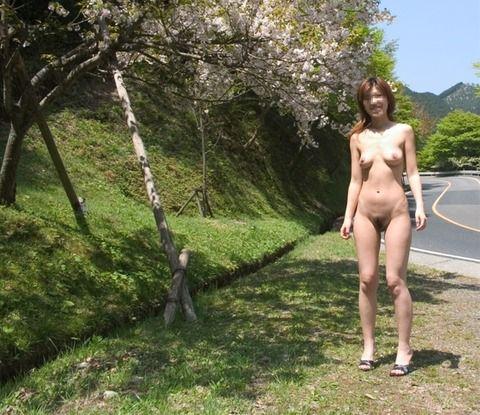 なぜだか微笑ましい露出女のエロ画像 a76ee6e9