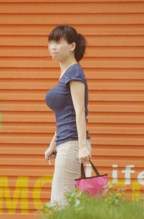 はち切れそうな着衣おっぱいしてる街角巨乳お姉さんの素人エロ画像 a9b68228