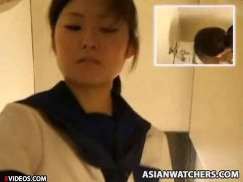 女子校生風の素人娘が制服で立ちションしてるAVのキャプエロ画像 ac9a9d24