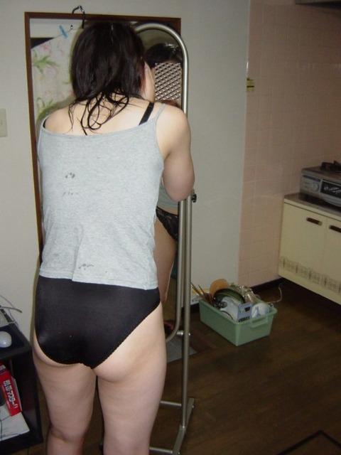 生活感がある部屋で裸になってる素人娘のエロ画像 ad4edf02 s