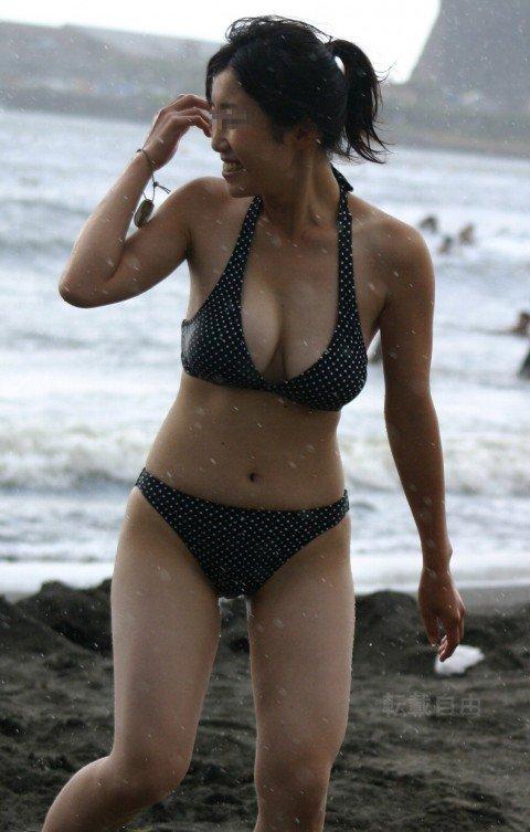 ビーチで遊ぶ素人娘の巨乳おっぱいがはみ出るビキニ姿のエロ画像 ad57fae2