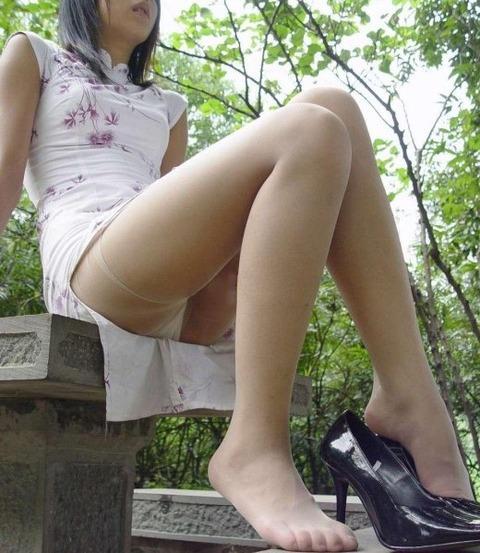 勃起するお姉さんの美脚太もものエロ画像 b6e98086 s