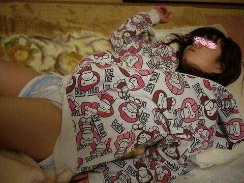 彼女が寝てる隙にそっと脱がして撮影流出させた素人エロ画像 b74a8c4a