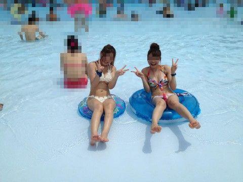 仲良しギャルが夏に水着ではしゃぐエロ画像 b82aa7e1