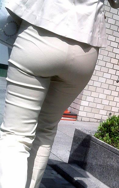 透けパンチラで街を練り歩く素人お姉さんのエロ画像 c1f2cace