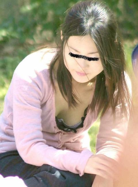 街撮り盗撮素人娘の胸チラのエロ画像 c5d2d4b3 s