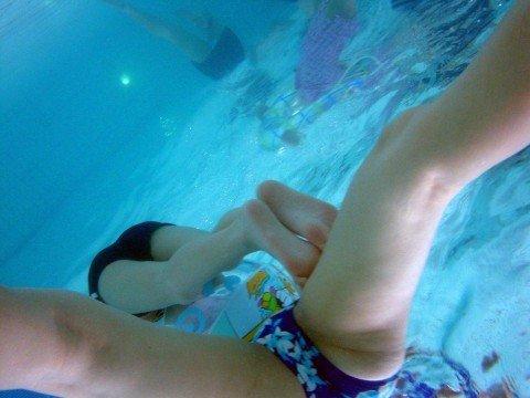 プールの水中で撮影されたビキニ姿のお尻とまんこの素人水着エロ画像 c8e8c8c6