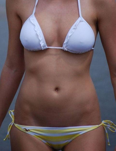 透けた乳首がとっても可愛い水着女子のエロ画像 d1b94b6e
