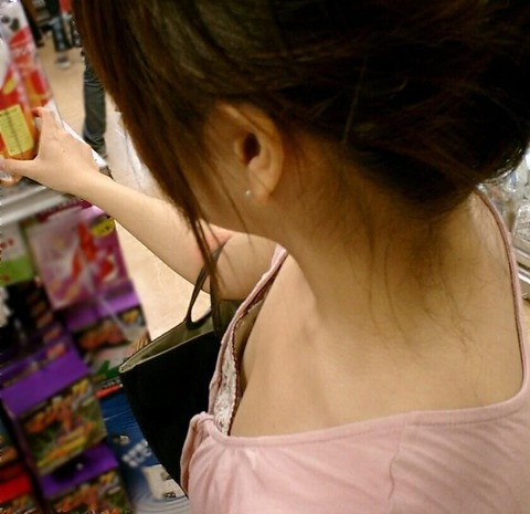 街撮り盗撮素人娘の胸チラのエロ画像 d42d8720 s