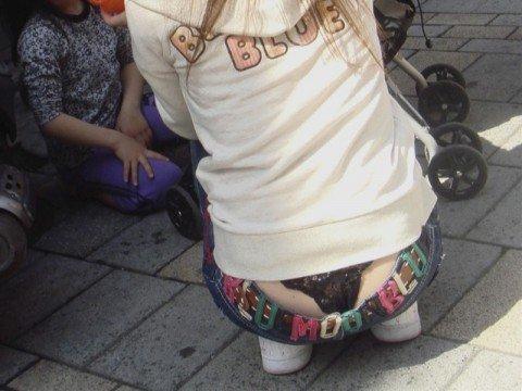街なかで見せパンチラしてるお姉さんの下着の素人エロ画像 d4c367e4