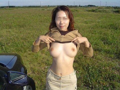 いさぎよく野外露出を楽しんでる痴女たちのエロ画像 d65942e4